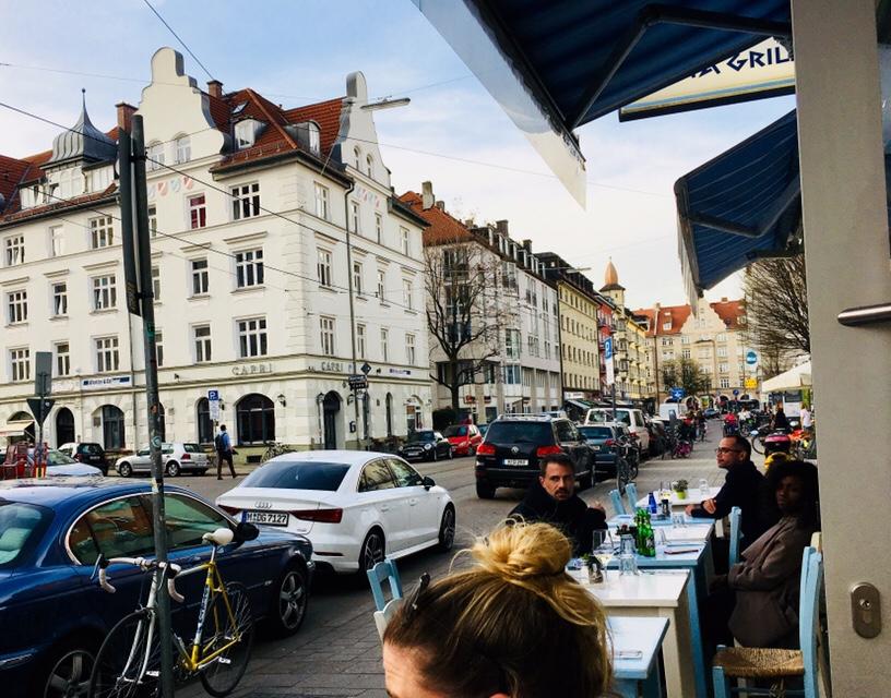 Blau-weiße Tische im Kreta Grill in München Schwabing