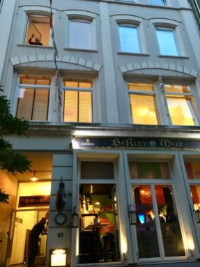 Außenansicht mit Pub und Eingang