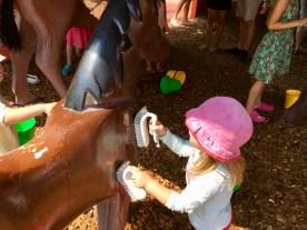 Pferdchen striegeln im Bauernhof