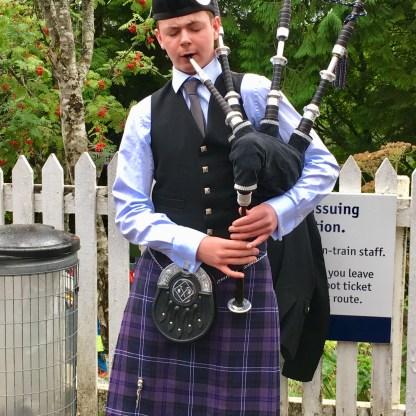 Backpipe für die Touristen in Glenfinnan