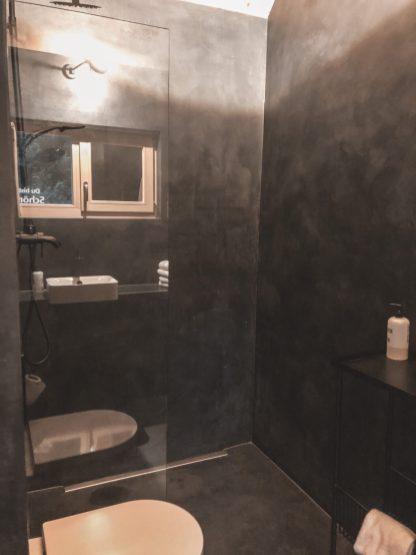 Schwarzes Bad im Tiny House