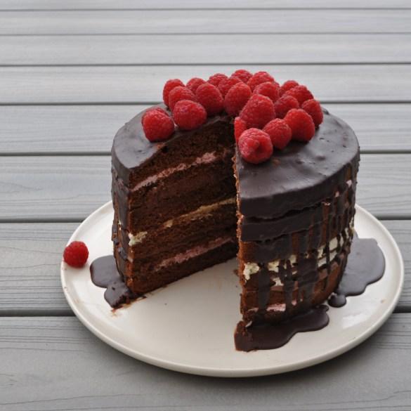 Frambozen laagjes taart met chocoladeganache