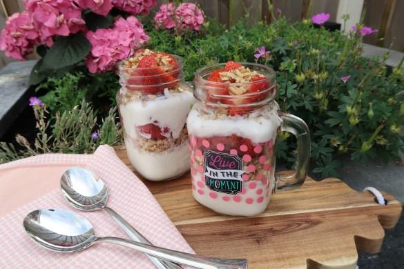Gezond: ontbijtjar met kwark en aardbeien