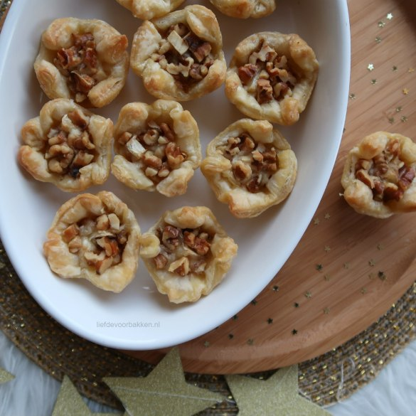 Bladerdeeghapjes met brie en walnoten