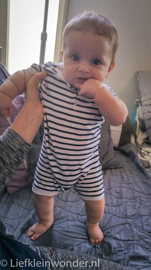 Jayden 24 weken oud staan