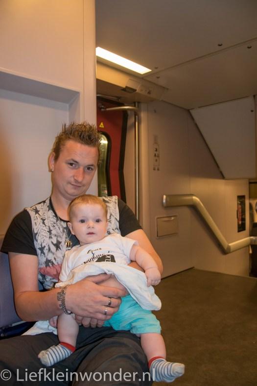 Jayden 6 maanden oud! met de trein naar opa