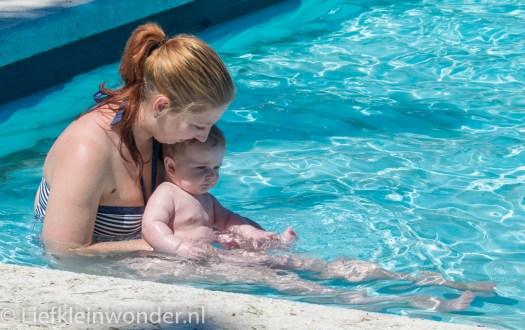 Jayden 6 maanden en 3 weken oud baby zwembad zwemmen