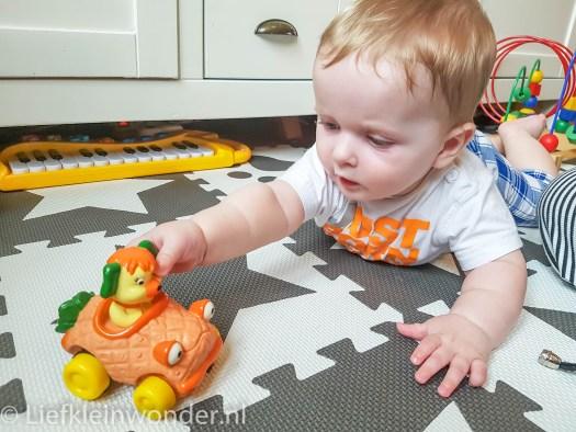 Jayden 7 maanden oud auto spelen