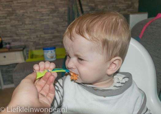 Jayden 7 maanden oud babyhapjes eten