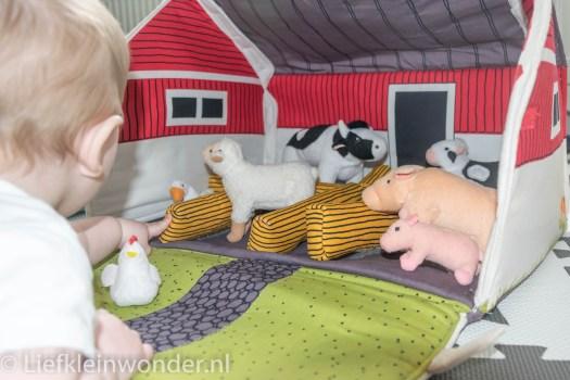 Jayden 7 maanden oud boerderij speelgoed beestjes