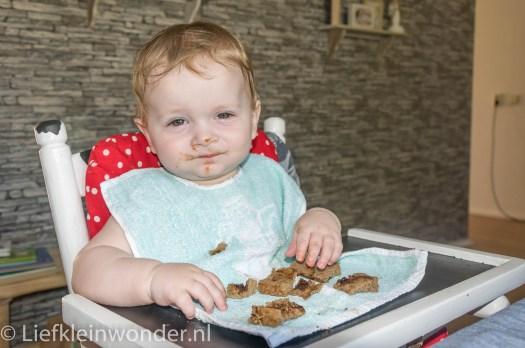 Jayden 8 maanden en 2 weken oud broodje eten boter appelstroop