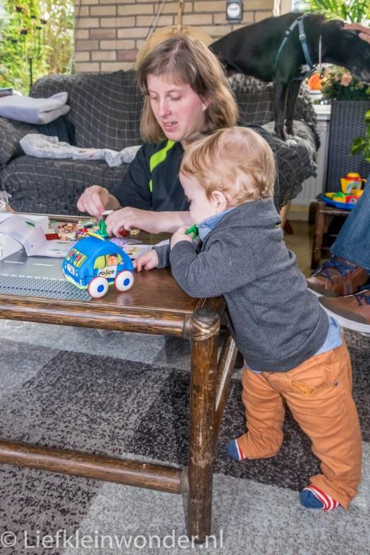 10 maanden oud op verjaardag visite bij tante yvonne