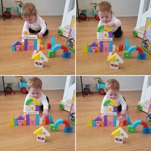 Jayden 10 maanden en 4 weken oud, loopkar Woezel en Pip met blokken blokken bouwen
