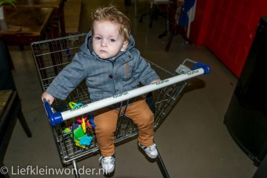 Jayden 10 maanden en 3 weken oud, in winkelwagentje