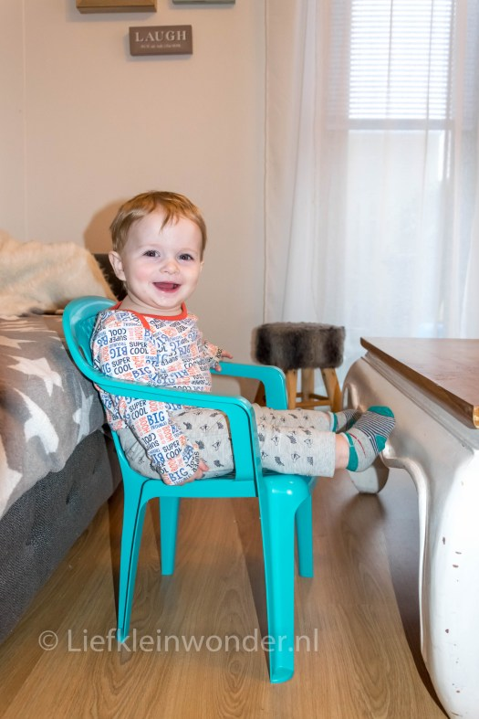 11 maanden en 1 week oud, zelf op eigen stoeltje zitten