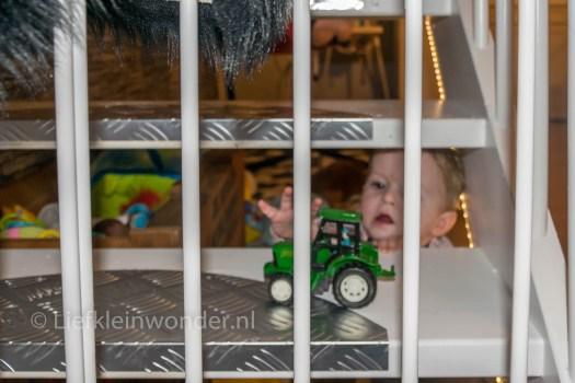 Jayden 11 maanden en 2 weken oud speelgoed op de trap