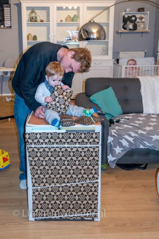 Bjorn zijn eerste verjaardag als papa cadeau uitpakken