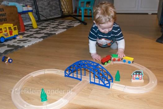 11 maanden en 3 weken oud - houten trein niet voor kleine kinderen