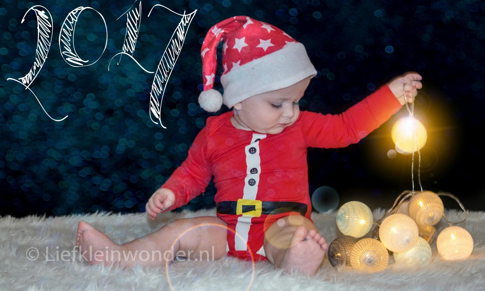Eerste kerstavond met kind, kerstboom, baby