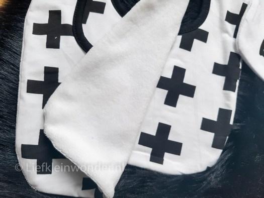 AliExpress babykleding - slabbers zwart wit kruisjes monochrome, superhelden, kruisen wolkjes