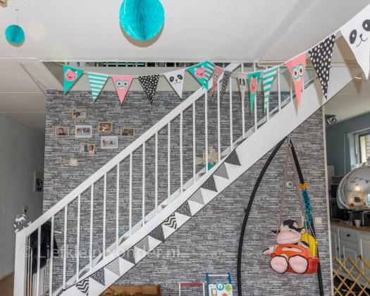 Jayden's eerste verjaardag , slingers ophangen, letter slinger, vlaggetjes, pompons
