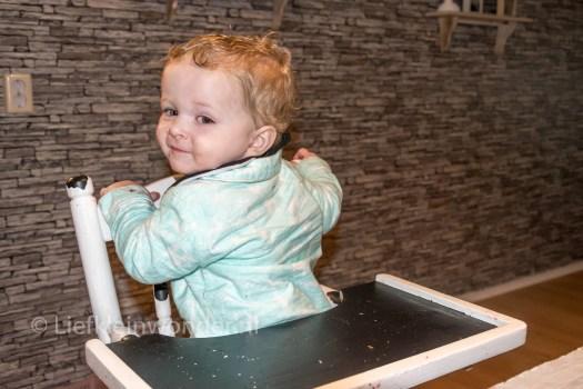 12 maanden en 3 weken oud 1 jaar , Andersom op eet stoel