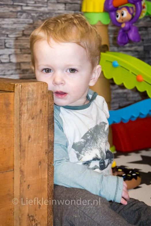 Jayden 13 maanden en 2 weken oud - zelf vermaken zittend spelen