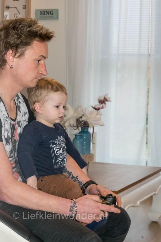 Jayden 13 maanden en 2 weken oud - samen gamen met papa