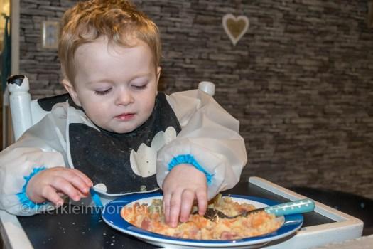 Jayden 14 maanden oud - baby dreumes hutspot met rookworst