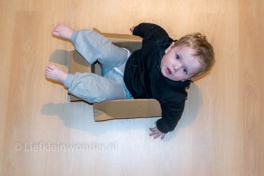 Jayden 14 maanden oud - in een doos spelen