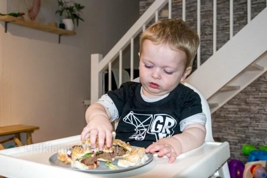 Jayden 16 maanden oud dreumes - Hamburger met sla is vies maar zonder niet