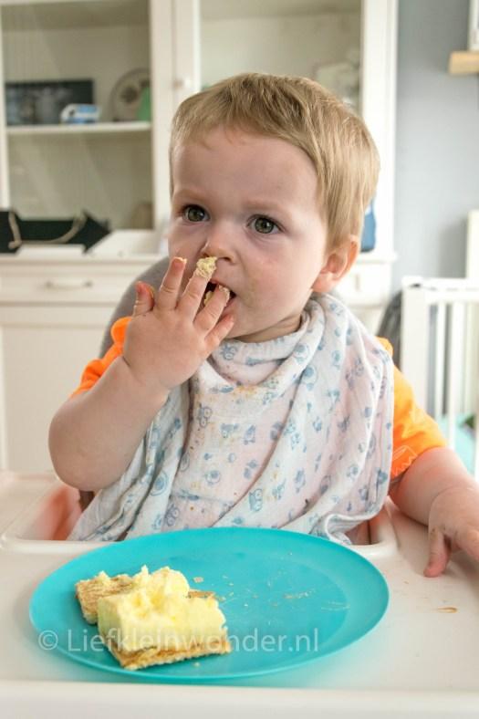 Jayden 16 maanden oud dreumes - oranje tompouce eten