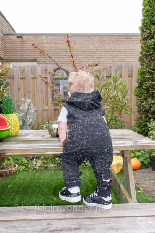Jayden 16 maanden en 1 week oud dreumes peuter - op tafel klimmen