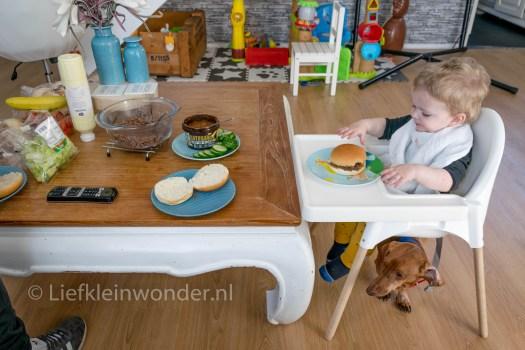 Jayden 16 maanden en 2 weken oud peuter dreumes - Hamburger met sla eten