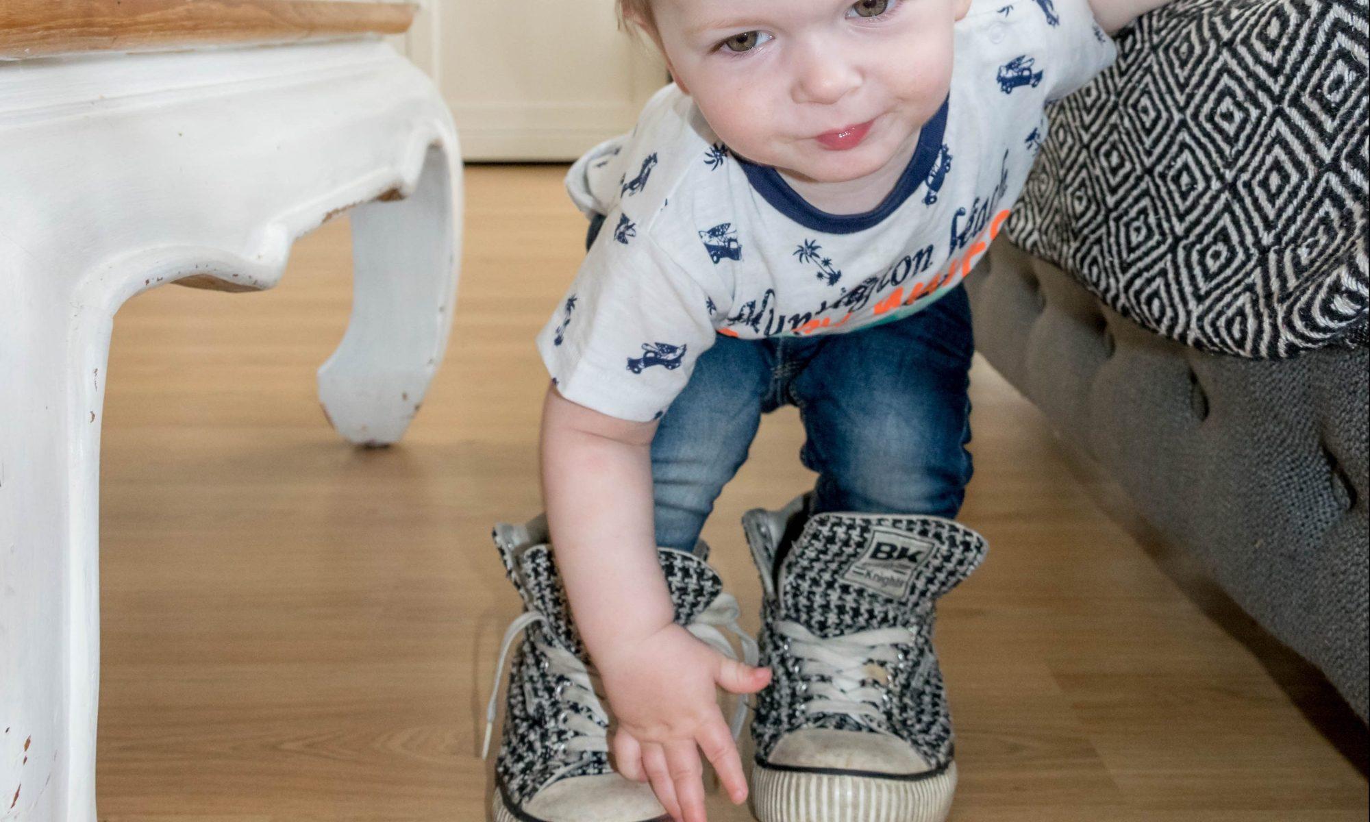 Jayden 16 maanden en 2 weken oud peuter dreumes - Grote schoenen aantrekken