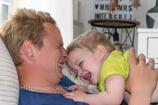 Jayden 16 maanden en 3 weken oud peuter dreumes -stoeien met papa en neus knijpen