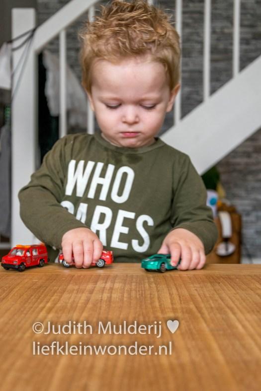17 maanden en 2 weken peuter, dreumes - spelen met autos en broem zeggen
