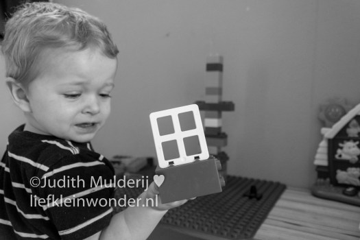Jayden 17 maanden en 3 weken oud peuter dreumes - Lego Duplo bouwen en slopen