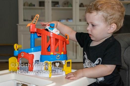 Jayden 18 maanden oud peuter dreumes - Garage van Little People