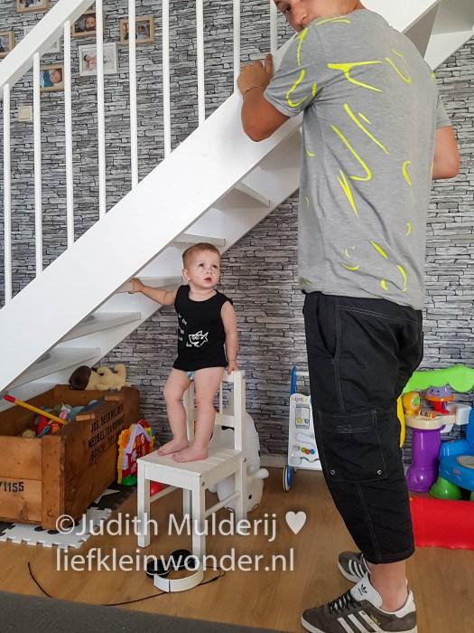 Jayden 18 maanden en 1 week oud peuter dreumes - overal op klimmen staan en hangen