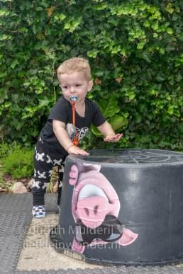 Jayden 18 maande en 2 weken oud peuter dreumes - water smeren en slaan en spetteren op water