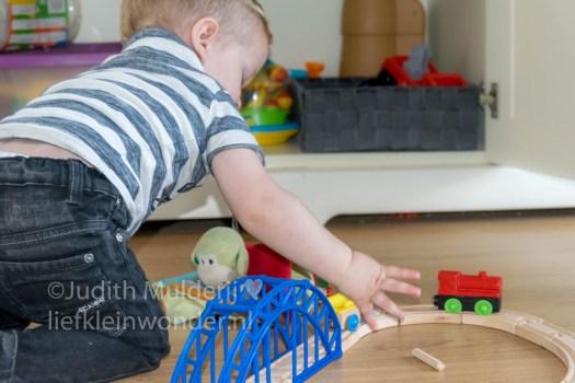 Jayden 19 maanden oud dreumes peuter - houten treinbaan spelen