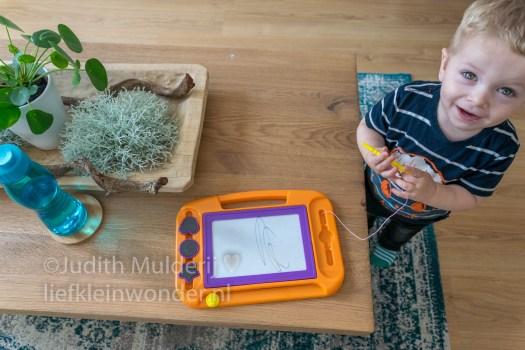 Jayden 19 maanden oud dreumes peuter - Magnetisch tekenbord tekenen kleuren kruidvat