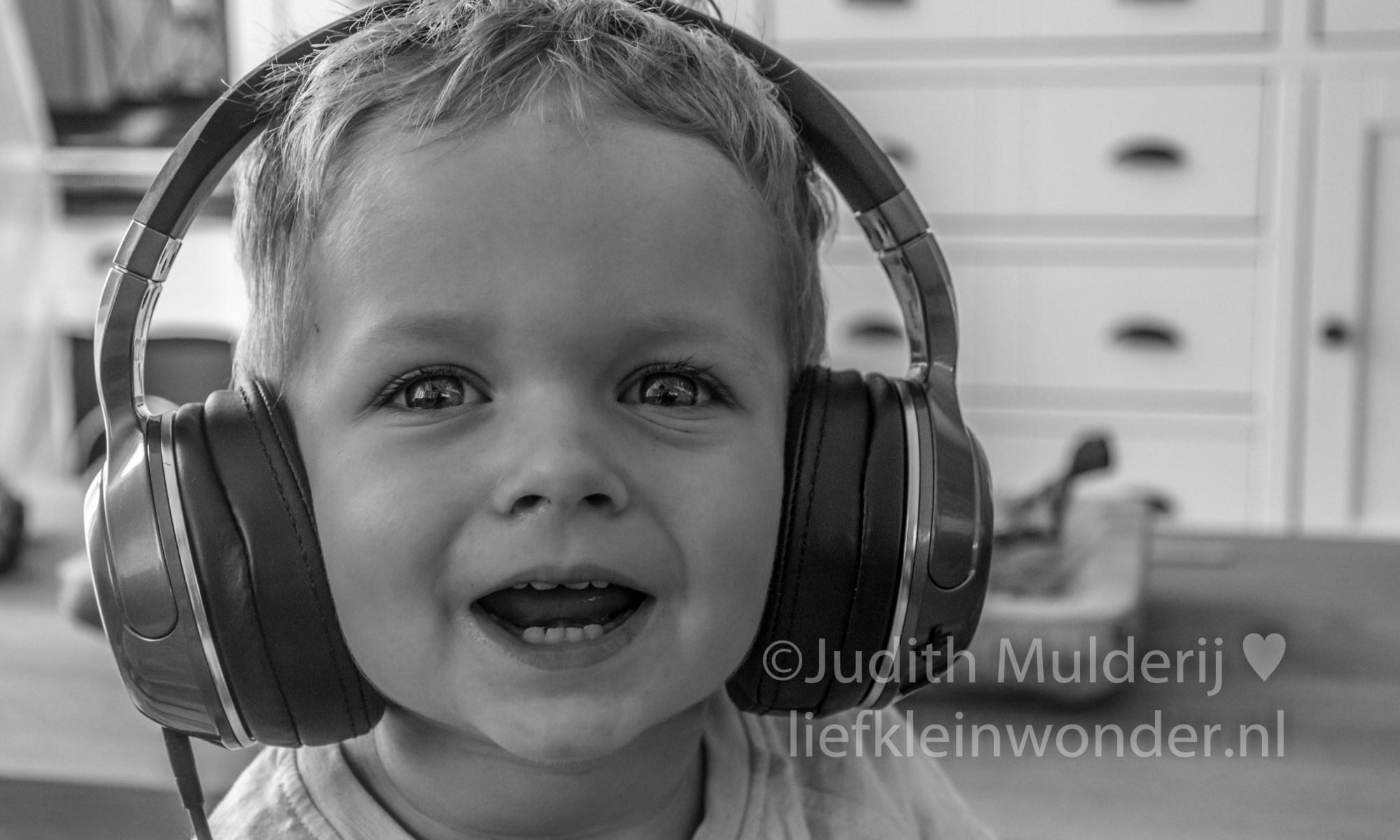 Jayden 19 maanden en 3 weken oud peuter dreumes - koptelefoon op