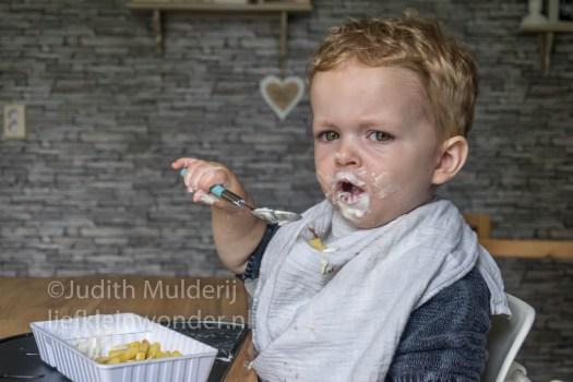 Jayden 19 maanden en 3 weken oud peuter dreumes - patat met tzatziki
