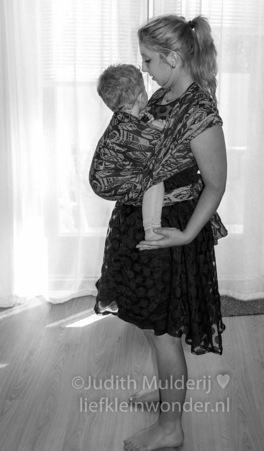 19 maanden en 1 week oud peuter dreumes - Weer even lekker in de draagdoek Yaro four winds black hennep