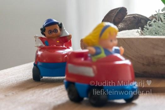Jayden 19 maanden en 2 weken oud peuter dreumes - speelgoed auto's en little people poppetjes