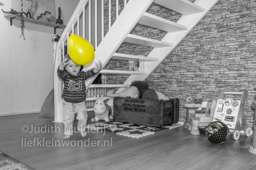 Jayden 20 maanden en 3 weken oud peuter dreumes mama blog - ballon en ballon in ballon hoesje ballen