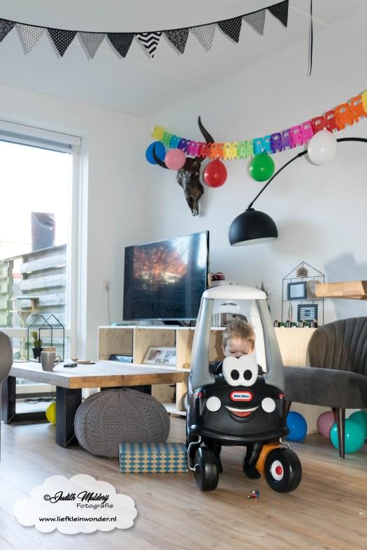 Jayden mama blog 2 jaar oud 2de verjaardag cadeau little tikes cosy cabin speelgoed auto
