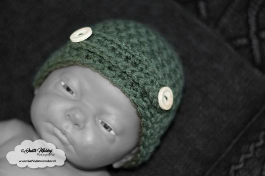 Stoere baby muts haken met knoopjes newborn wol stokjes houten knoopjes handmade mama blog DIY www.liefkleinwonder.nl